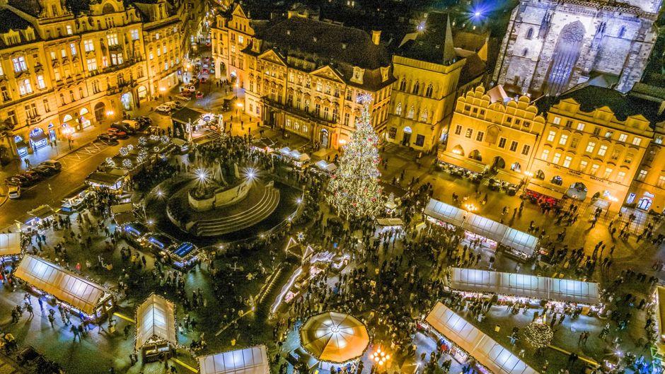 Der Blick vom Rathausturm auf den Weihnachtsmarkt in der Prager Altstadt. Was für ein Lichtermeer.