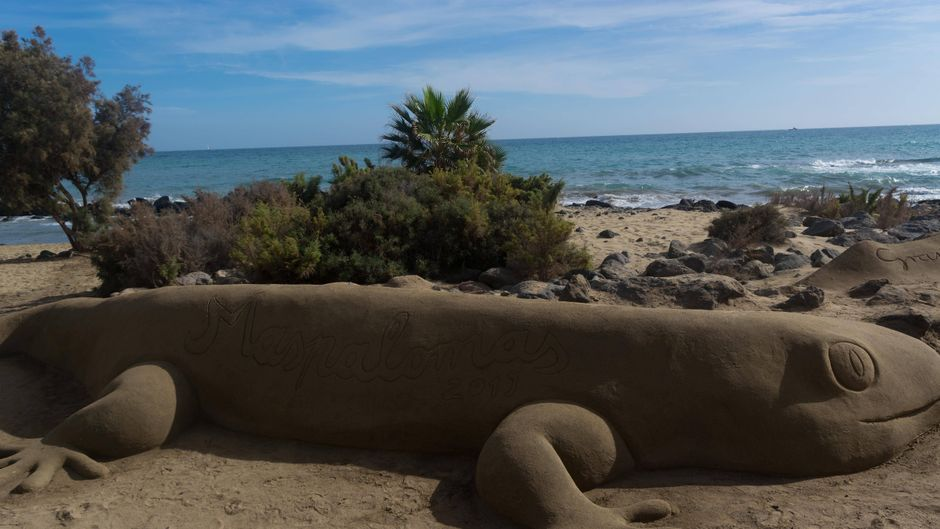 Sandskulptur am Strand auf Gran Canaria.