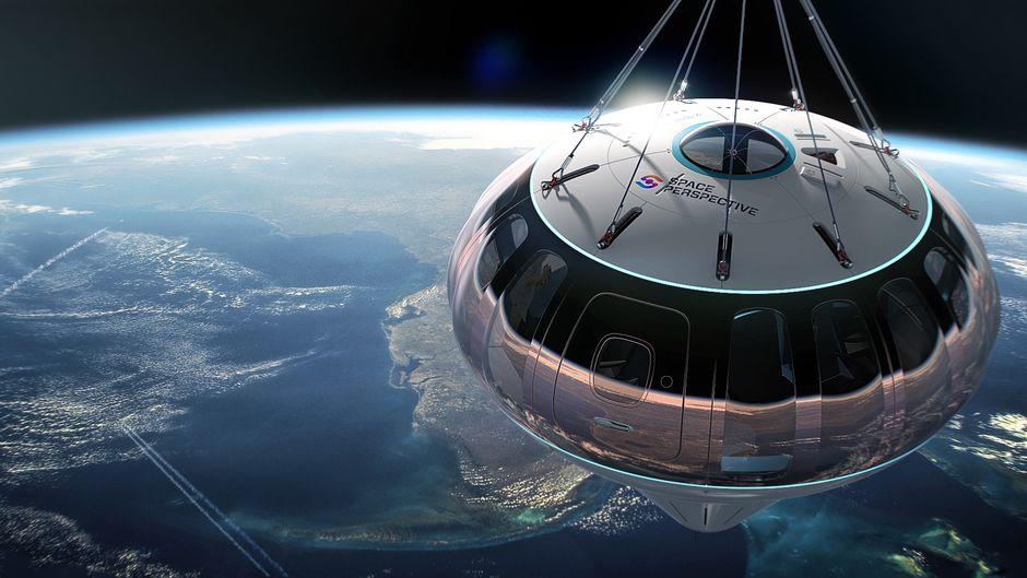 Passagiere schweben mit dem Weltallballon 20 Meilen über der Erde.