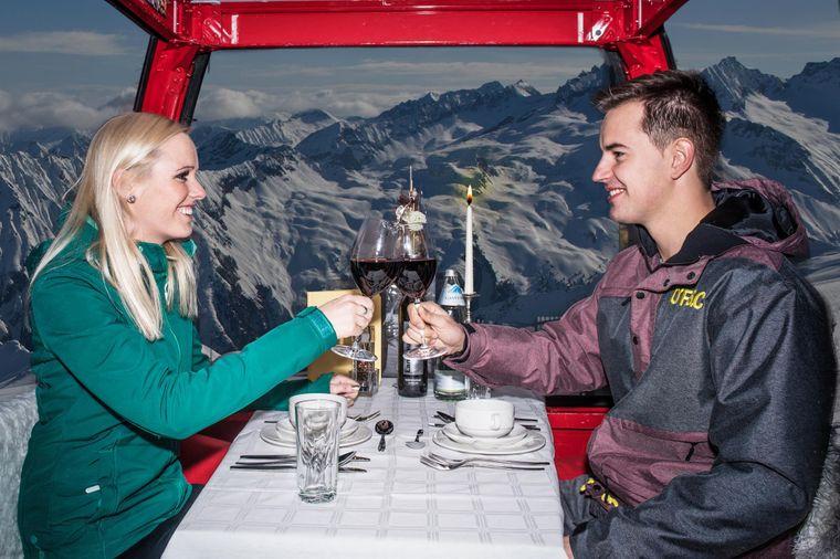 Rotwein, Kerzenschein, gutes Essen – und vor den Fenstern das Bergpanorama. Einmal im Winter werden in der Gipfelbahn Fulseck in Dorfgastein mehrgängige Dinner serviert.