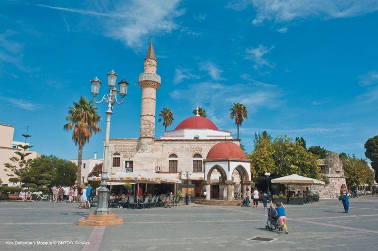 Das auffälligste Bauwerk am Eleftherias-Platz ist die Defterdar-Moschee.