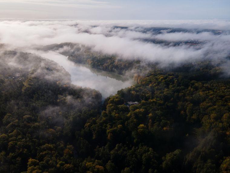 Wie an einer Perlenkette aufgereiht ziehen sich die Seen von Mölln aus durch die Wälder bis ins eiszeitliche Hellbachtal