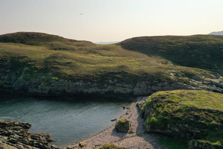Ein privater Kiesstrand gehört auch zur schottischen Insel Càrn Deas.