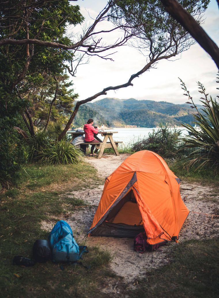 Zelten, zum Beispiel in Neuseeland, kann eine coole Alternative zum Hostel sein.