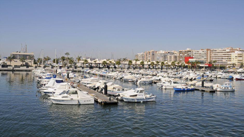 Boote liegen im Hafen des Urlaubsortes Santa Pola an der Costa Blanca in Spanien.