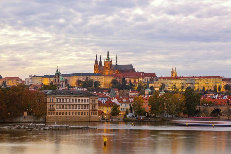 Prager Burg in der Abenddämmerung.