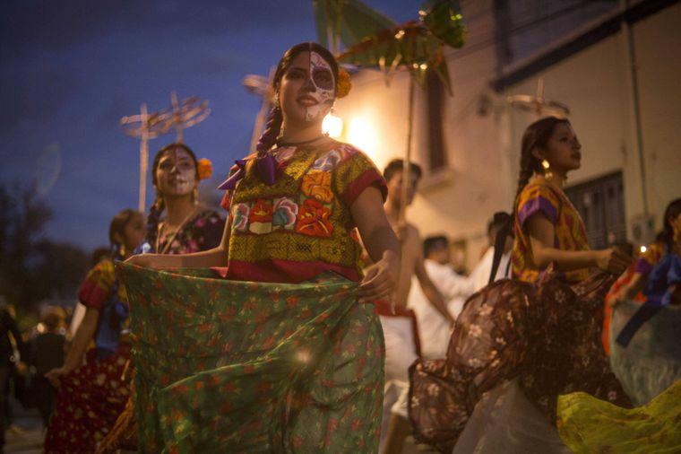 Tanzende Frauen beim Día de Muertos in Oaxaca.