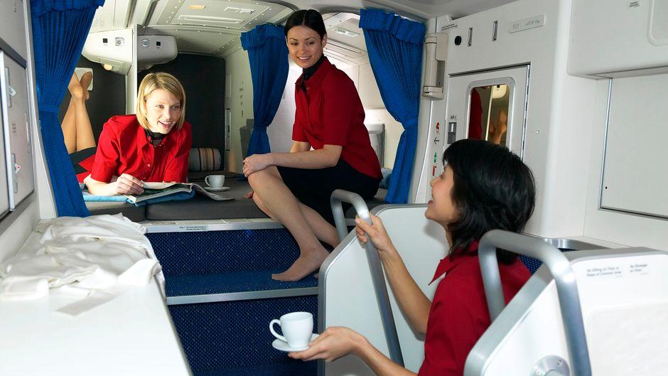 Stewardessen in der Crew Rest Area einer Boeing 777.
