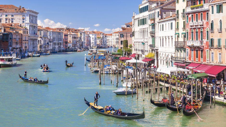 Gondeln mit Touristen fahren über den Canal Grande in Venedig.