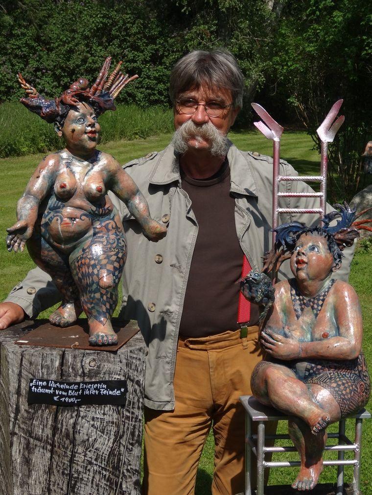 Friedemann Henschel, der für seine drallen, frivolen Figuren bekannt ist, lebt im Künstlerdorf Panschenhagen.