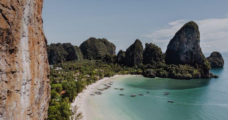 Blick auf eine Bucht von Phuket in Thailand.
