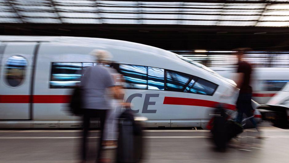 Ein ICE bei der Einfahrt im Kölner Bahnhof. Die Strecke nach Frankfurt soll zu den ersten digitalen Projekten der Bahn gehören.