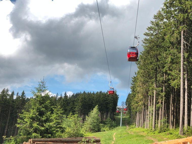 Mit der Seilbahn am Wurmberg kannst du die Aussicht ganz ohne Anstrengung genießen!