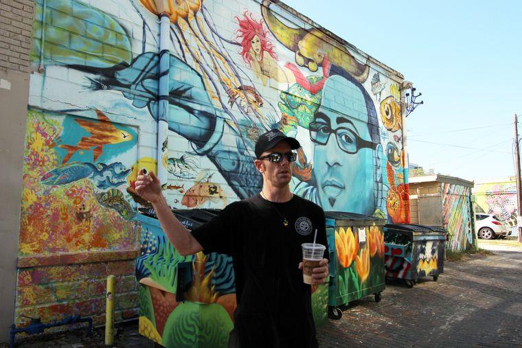 """Seinen verstorbenen Freund Bill """"Woo"""" Correira porträtierte Künstler Derek Donnelly in Übergröße an die Wand."""