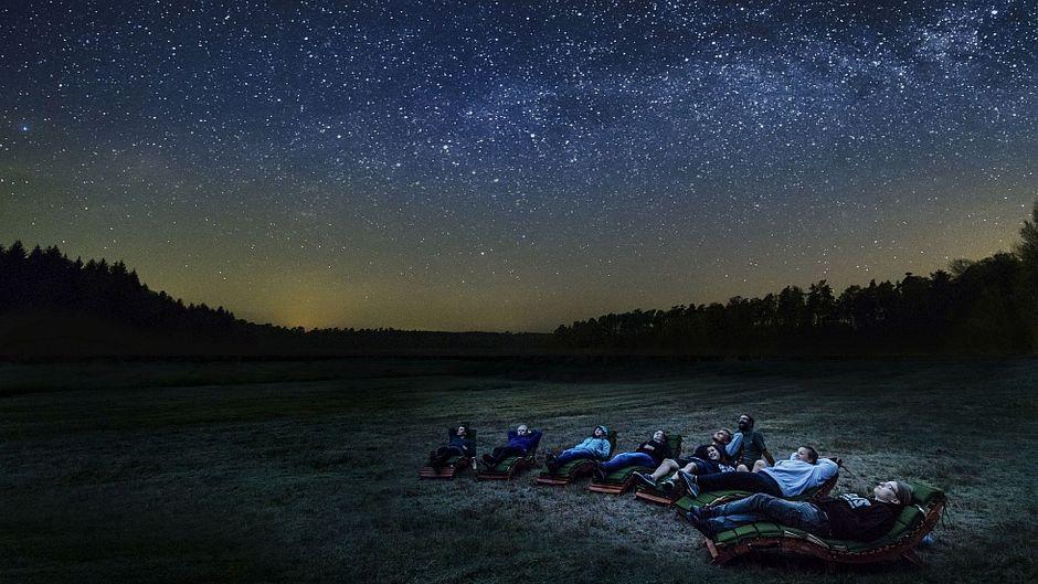 Sternenbeobachter genießen den ungetrübten Blick auf den Nachthimmel im Naturpark Nossentiner/Schwinzer Heide.