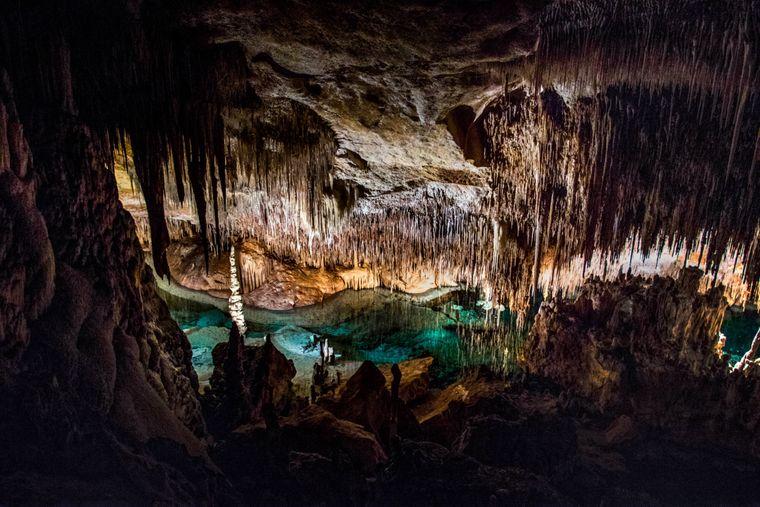 In den Tropfsteinhöhlen im Süden Mallorcas kannst du das Naturphänomen mit eigenen Augen sehen.