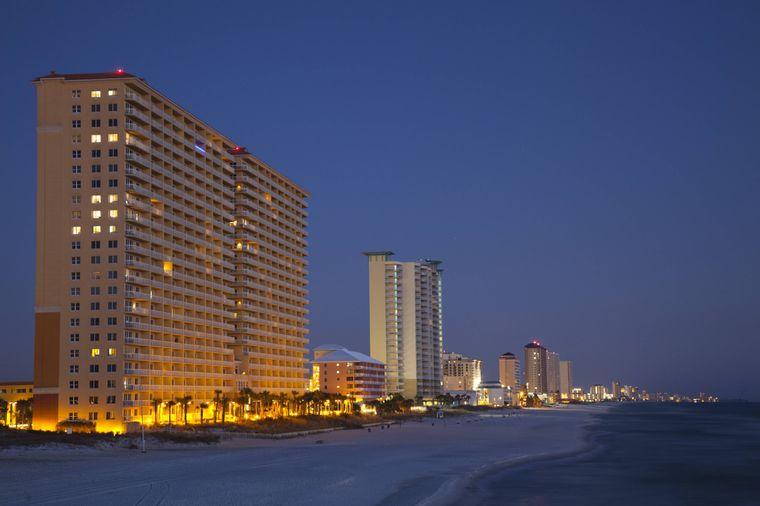 Zum Spring Break am Panama City Beach in Florida sind die Hotelburgen belegt und der Strand voll mit jungen Studenten.