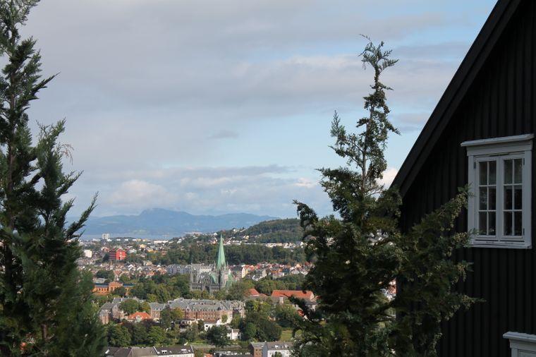 """Blick auf Trondheim und den Nidarosdom vom """"Hügel der Freude""""."""