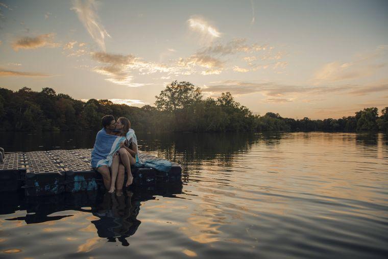 Eine traumhafte Kulisse, der sanfte Sonnenuntergang und Schmetterlinge im Bauch: Romanzen sind im Urlaub besonders schön.
