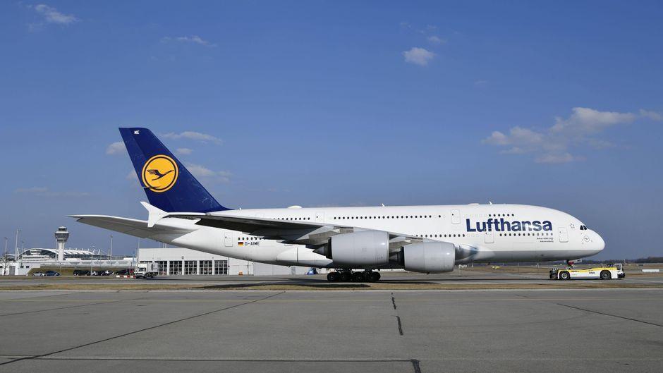 Eine Lufthansa-Maschine auf dem Flughafen in München.