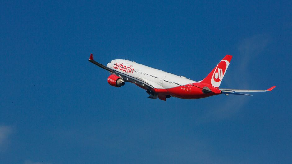 Flugzeug von Air Berlin fliegt am Himmel.