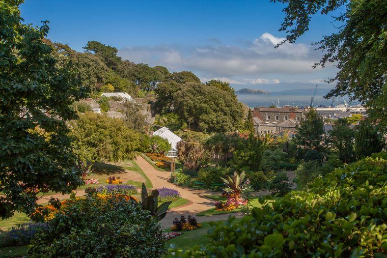 Von den Candie Gardens in Saint Peter Port bietet sich Guernsey-Besuchern ein wunderbarer Blick auf das Meer und die Schwesterninseln.