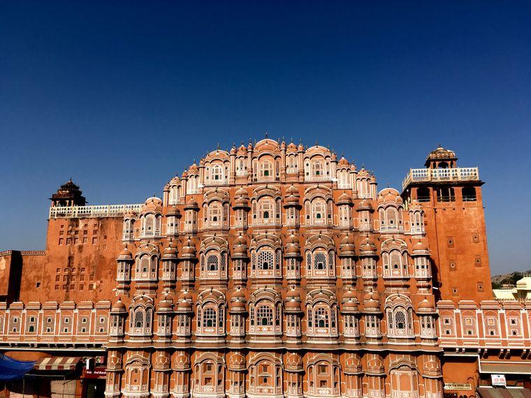 Der Palast der Winde, Hawa Mahal, in der Altstadt von Jaipur beeindruckt mit außergewöhnlicher Architektur.