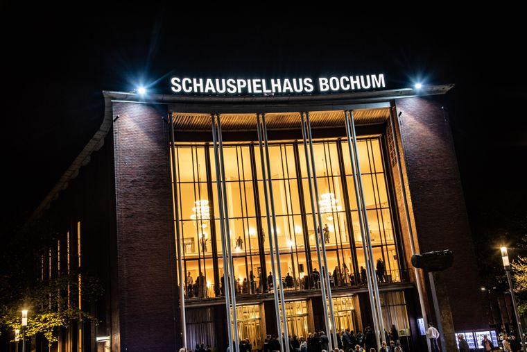 Das Schauspielhaus in Bochum, wie es sich abends seinen Gästen und Gästinnen präsentiert.