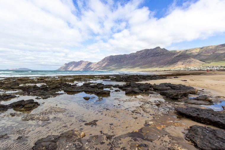 Im Norden von Lanzarote bezaubert die Playa Famara.