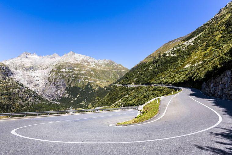 Auch ohne Aston Martin kannst du auf dem Furkapass die wunderschöne Schweizer Bergwelt erfahren.