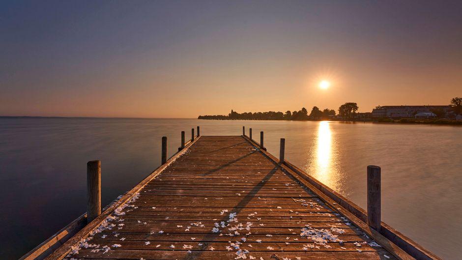 Die vielen Bootsstege am Steinhuder Meer laden zum Entspannen ein. Hier ist der Sonnenaufgang besonders idyllisch.