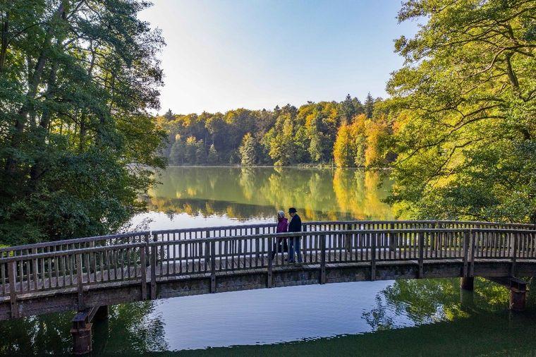 Sieben Seen ziehen sich wie an einer Perlenkette von Mölln bis ins eiszeitliche Hellbachtal.