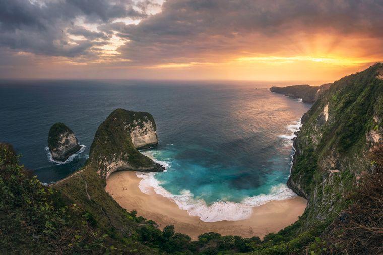 Indonesien ist ein extrem beliebtes Reiseziel, das aus Tausenden Vulkaninseln besteht, darunter Java, Bali und Nusa Penida. Das Land ist bekannt für seine Strände, Vulkane, Dschungel und die Komodowarane.