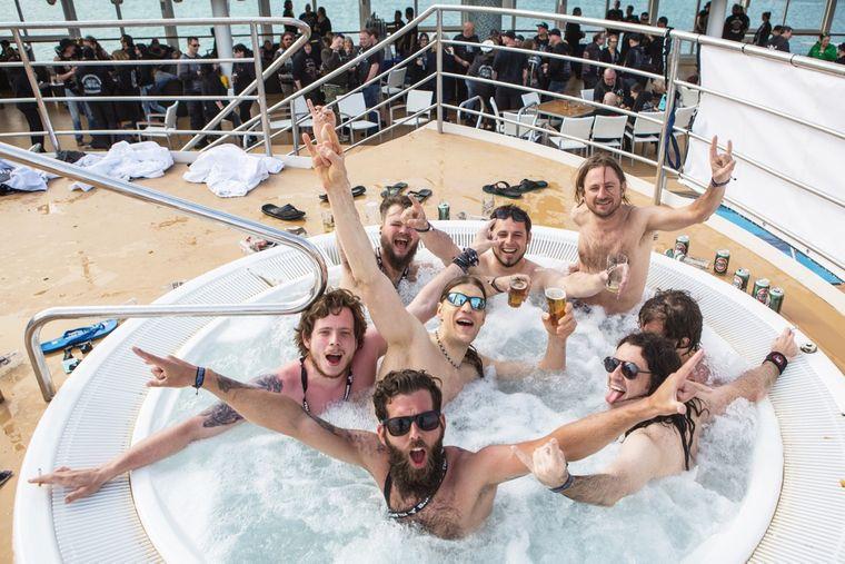 Passagiere chillen im Whirlpool auf der Mein Schiff 2.