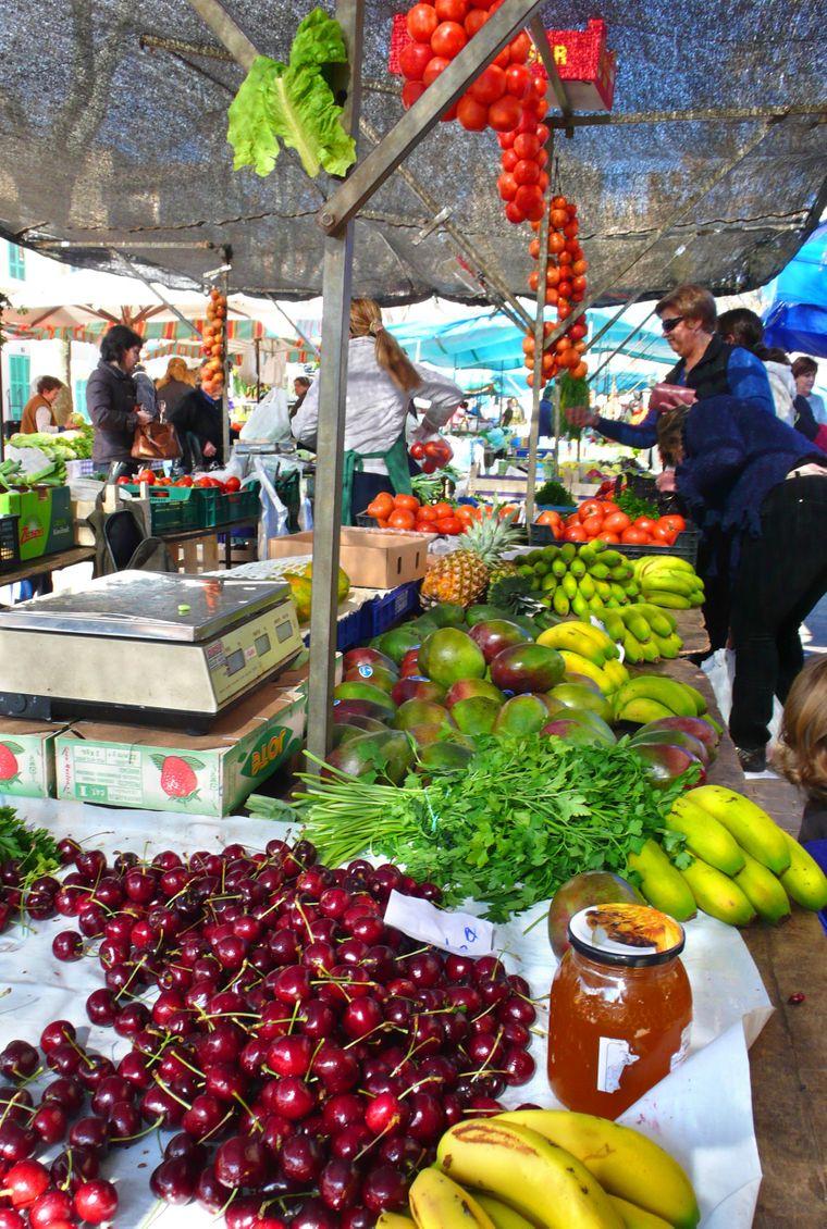 Auf dem Wochenmarkt von Alcúdia kannst du Einkaufen wie die Locals: Deck dich mit frischem Obst, Blumen oder netten Mitbringseln ein.