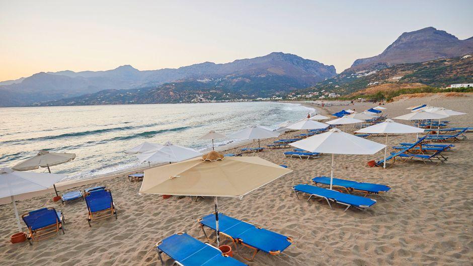Noch sind die Liegen an Griechenlands Stränden wegen der Corona-Krise vielerorts leer.