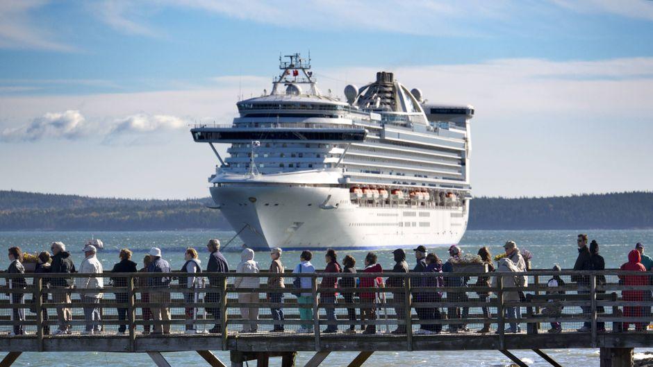 """Die """"Caribbean Princess"""" im Hafen von Maine."""
