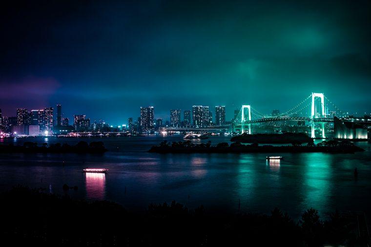 Die Regenbogenbrücke von Odaiba ist Abends ein begehrter Instagram Hotspo