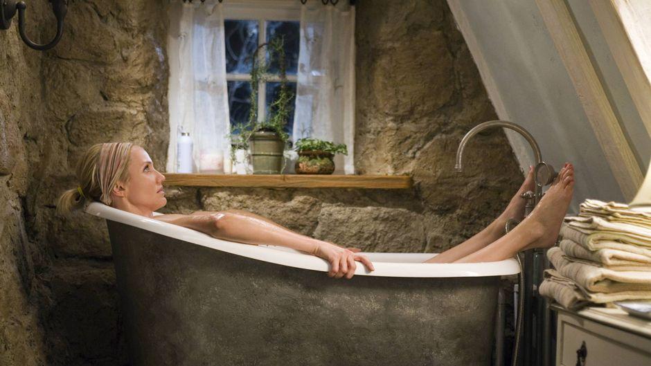 """Cameron Diaz als Amanda liegt in der Badewanne: Szene aus dem Film """"Liebe braucht keine Ferien""""."""