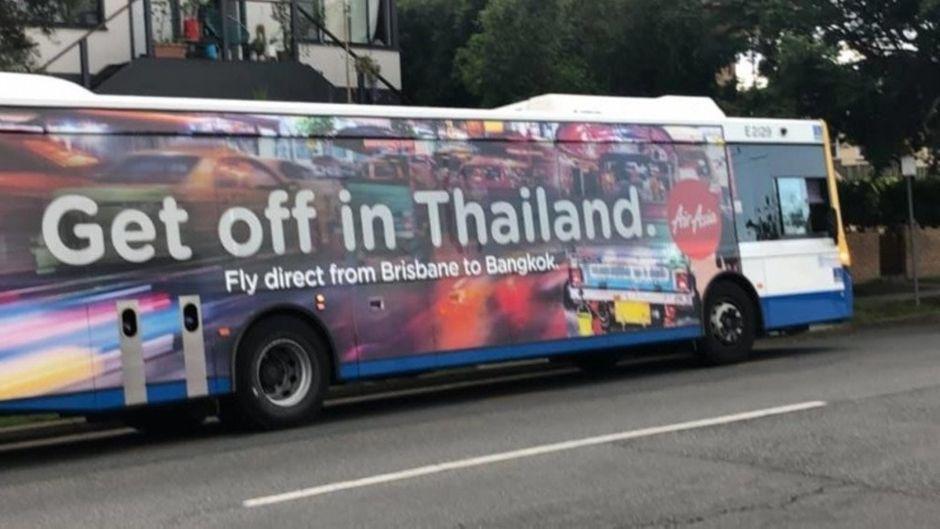"""Auch Busse wurden mit dem Spruch """"Get off in Thailand"""" bedruckt."""