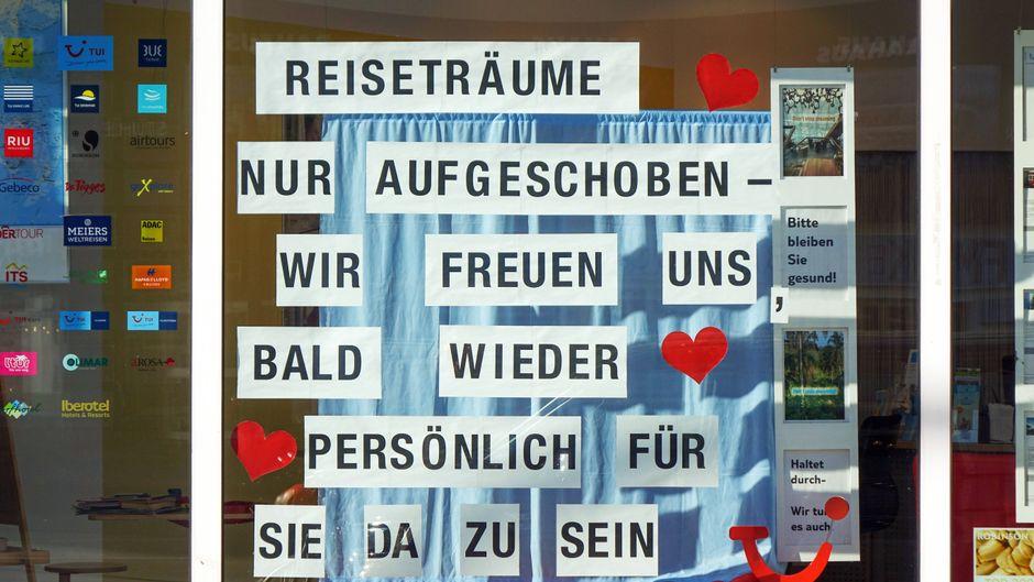 Der Aushang eines Reisebüros im Berliner Bezirk Charlottenburg.