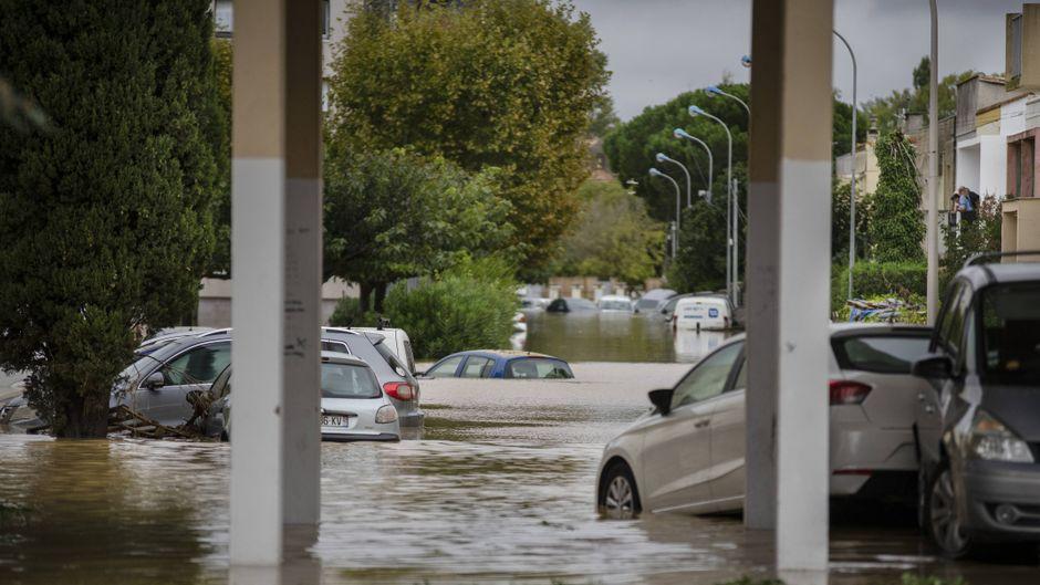 Eine überflutete Straße in Trebe in der Region Aude.