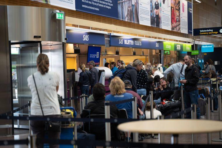 Passagiere warten am Service-Schalter von SAS im Flughafen Stockholm/Arlanda.