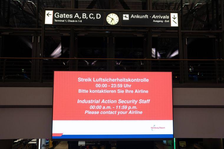 Überall an den Flughäfen gibt es Hinweistafeln für die Fluggäste.