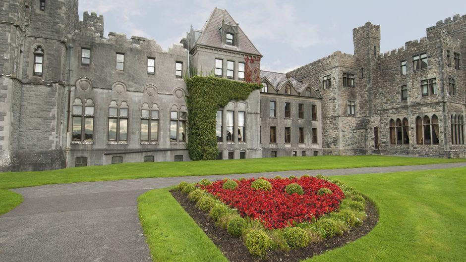 """Das Ashford Castle ist ein Fünf-Sterne-Hotel im Westen von Irland. Hier schreibt sich """"Luxus"""" groß."""