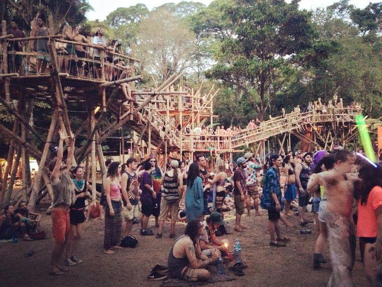 Bühnen und Stege werden beim Envision Festival aus natürlichen Rohstoffen gebaut.