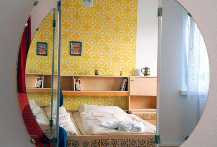 Wie zu DDR-Zeiten kannst du im DDR Design Hostel schlafen.