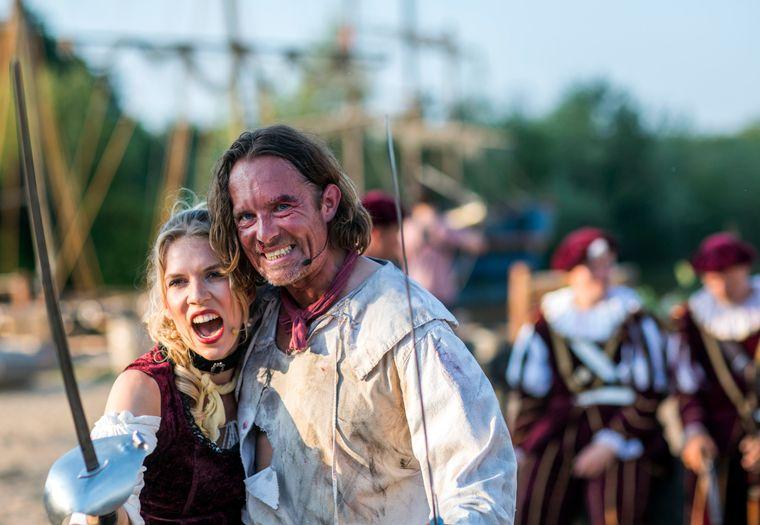 Die beiden Hauptdarsteller Laura Koppka als Angelina de Loreal und Benjamin Kernen in der Rolle des Capt`n Joshua Flint.