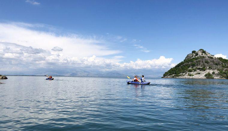 Der Skutarisee in Süden von Montenegro ist der größte See des Balkans. Er eignet sich gut für Wassersport.