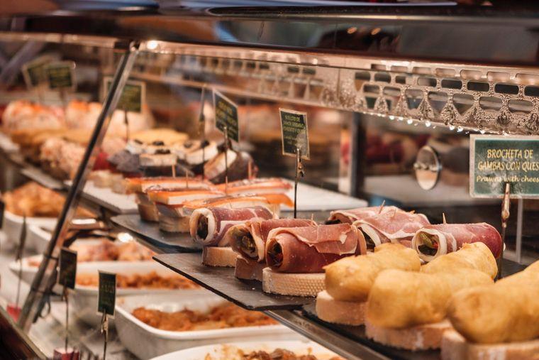 Pintxos: Ein Stück geröstetes Brot wird zum Beispiel mit zerschlagenem weißen Spargel, Thunfisch und Sardellen oder geschmorten Pilzen in Knoblauch serviert.